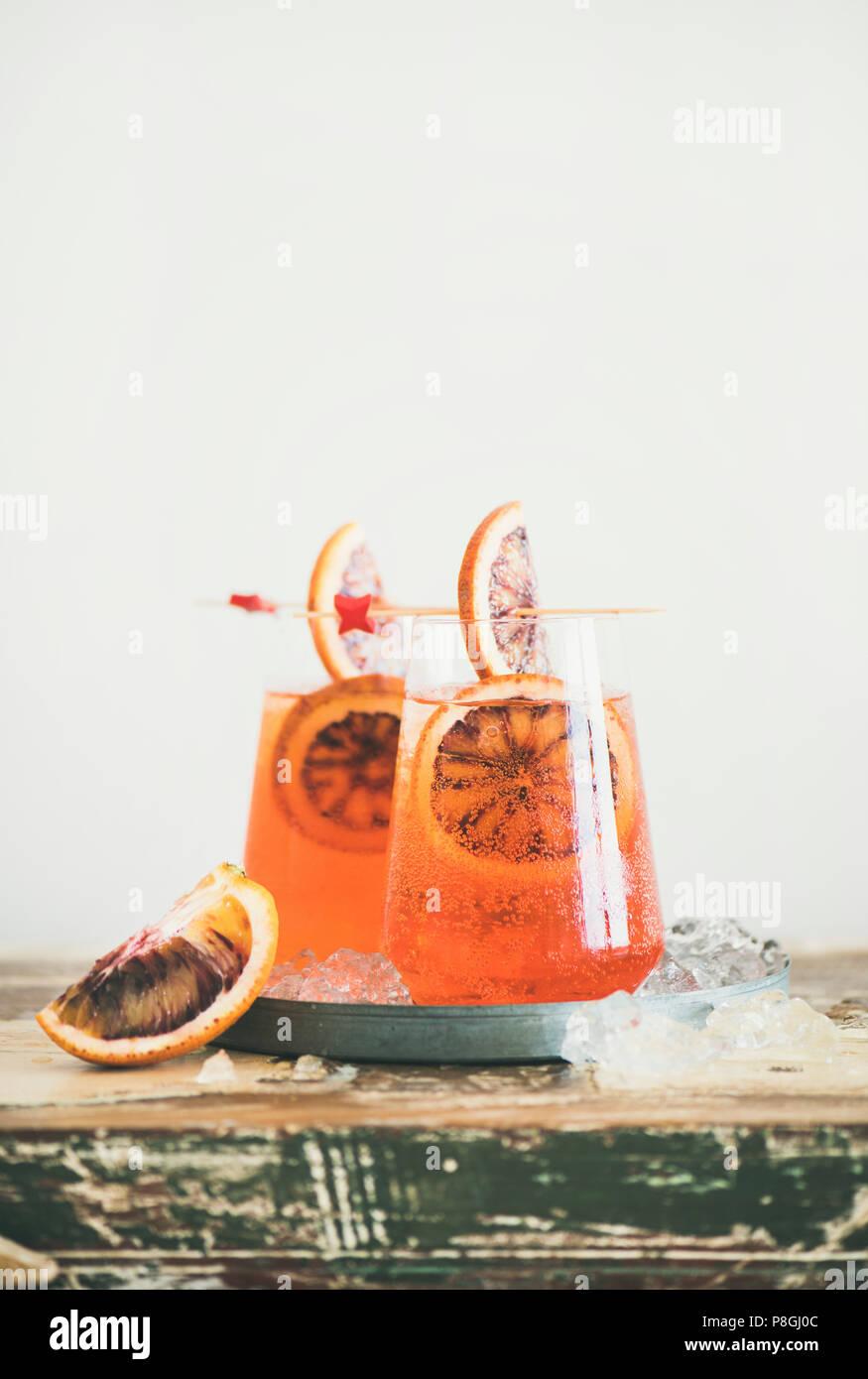 Dos Copas de italiano Aperol Spritz alcohol cóctel con hielo y rodajas de naranja sanguina, copie el espacio. Spritz Aperol tradicional cóctel. Actualización de verano Imagen De Stock