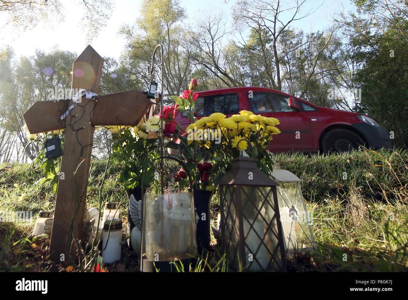 Goerlsdorf, Alemania, cruz conmemorativa y flores para una víctima de tráfico en la carretera Imagen De Stock