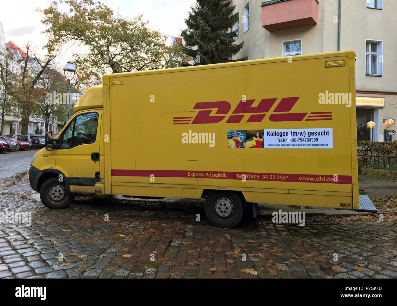 Berlín, Alemania, entrega van de DHL con llamada de la aplicación Imagen De Stock