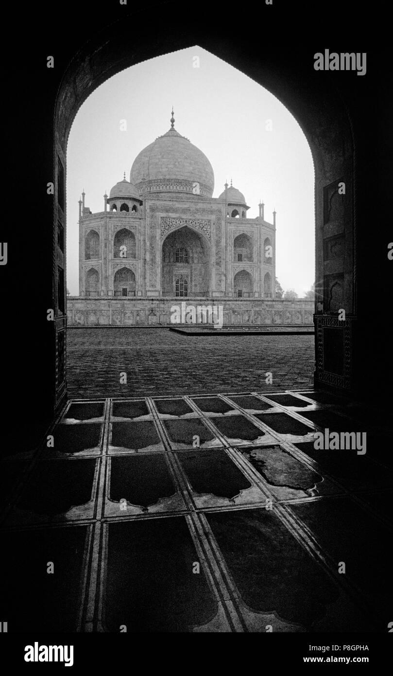 Amanecer en el Taj Mahal visto desde un arco islámico - Agra, India Imagen De Stock