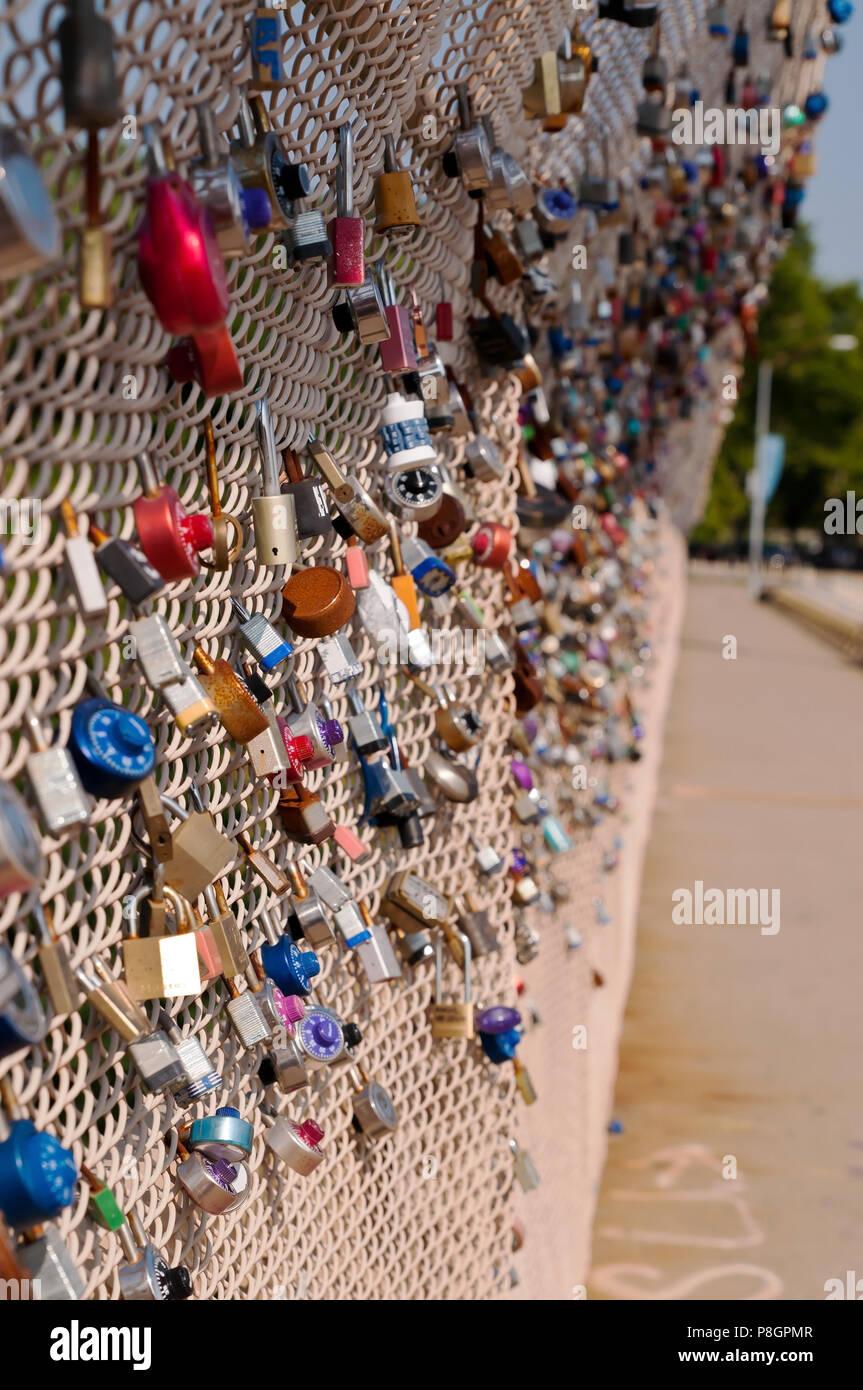 Bloqueos en un puente de parejas que significa amor y compromiso en el Schenley Park, Pittsburgh, Pennsylvania, EE.UU. Imagen De Stock