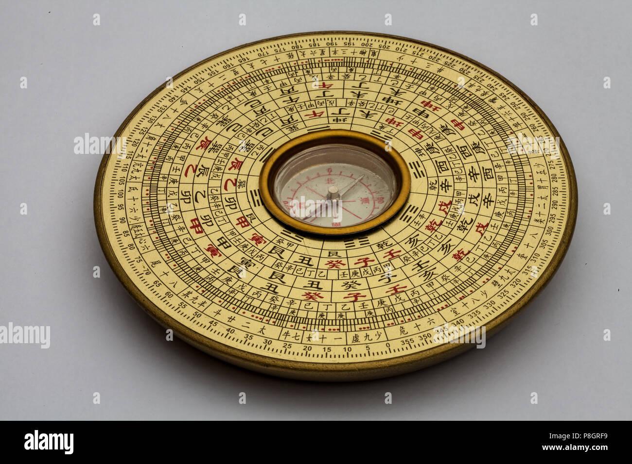 Brújula Luopan chino, se utiliza para leer el Feng Shui del entorno Foto de stock