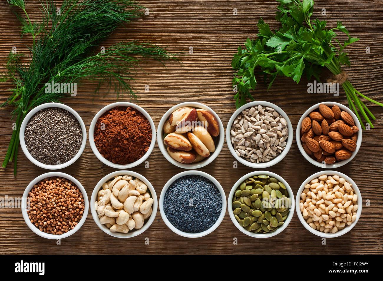 Alimentos ricos en magnesio como las semillas de calabaza, semillas de amapola azul, anacardos, almendras, semillas de girasol, trigo, cacao, chia, piñones, nueces de Brasil, pars Foto de stock