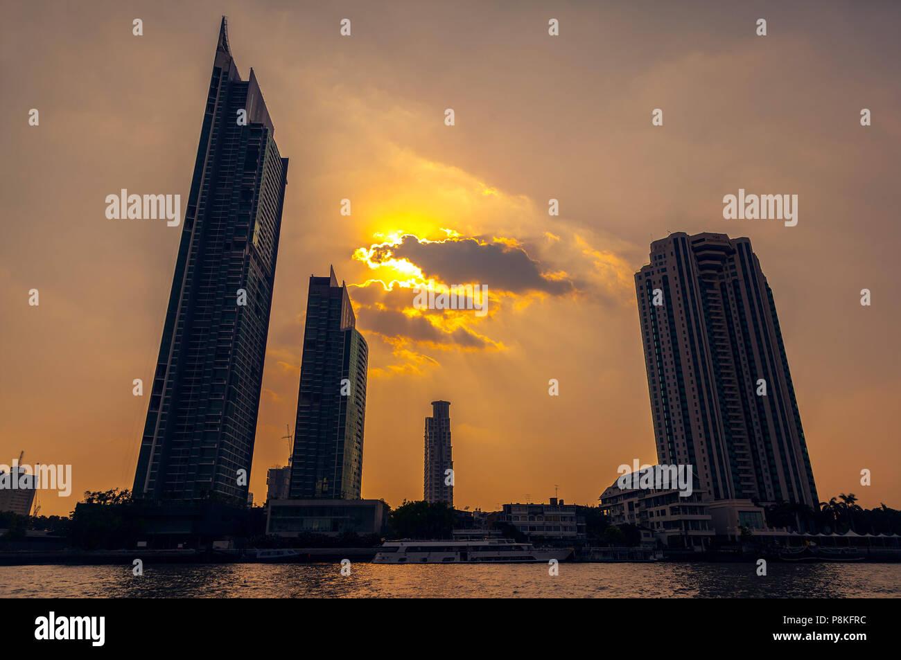 Los rascacielos de Bangkok, el atardecer de fondo. Foto de stock