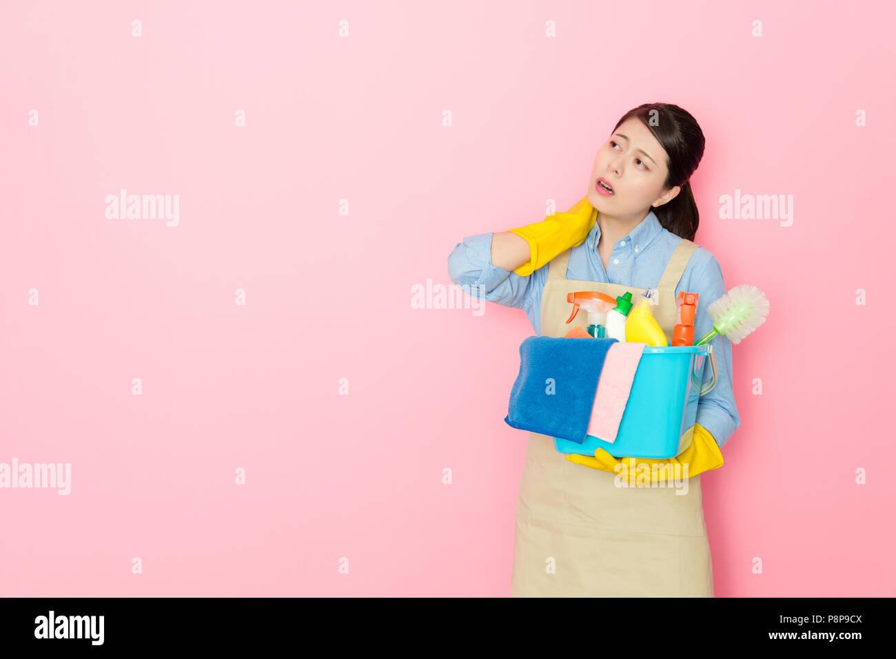 Mujer mantenga herramientas de limpieza y dolor de cuello después de hacer  la casa limpia a fondo aislado 6ded11908164