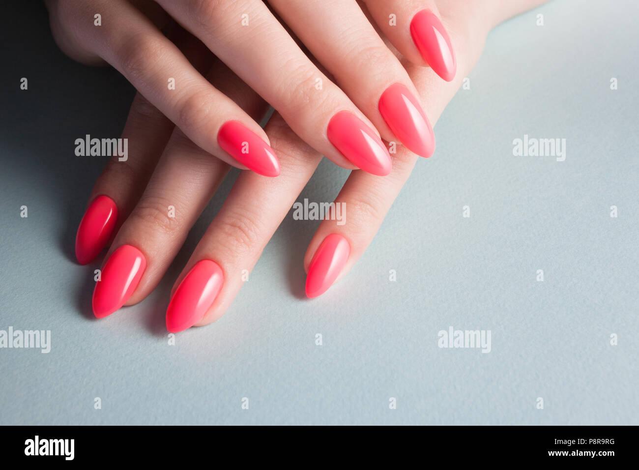 Manos De Mujer Con Una Perfecta Manicura Roja Esmalte De