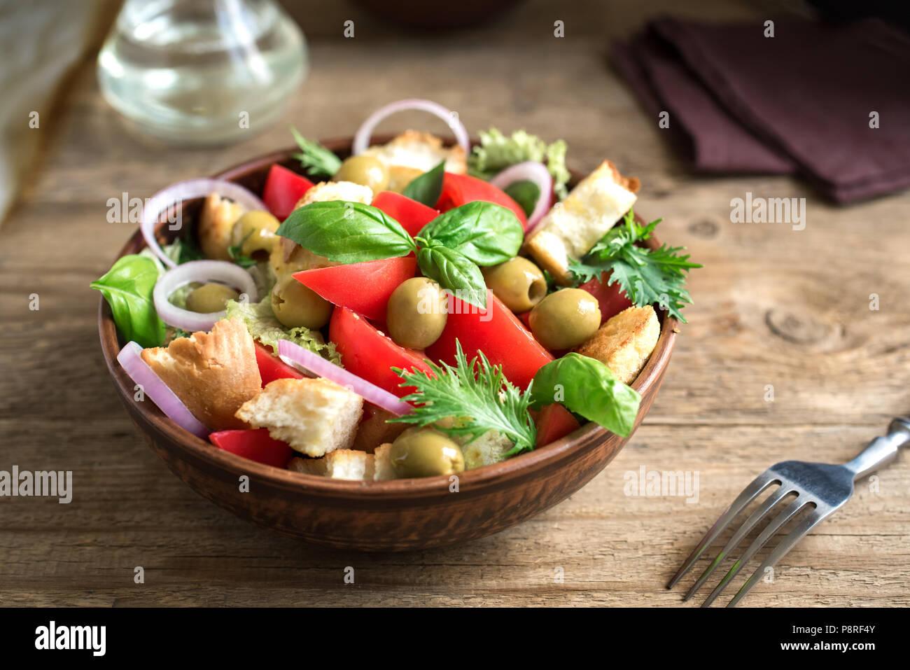 Panzanella Ensalada de tomate con tomates cherry, albahaca y pedacitos de pan ciabatta. Alimentos saludables de verano - ensalada panzanella, copie el espacio. Imagen De Stock