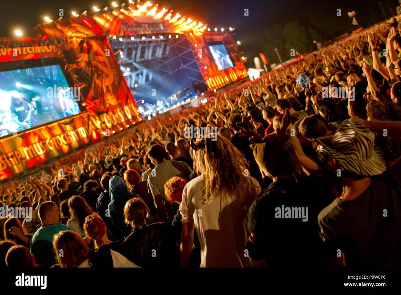 """Polonia, Kostrzyn. 3 ago, 2012. Visitantes del Festival en 'Haltestelle Woodstock' en el escenario principal. El culto en el festival de la frontera polaca alemana será llamado """"Pol'y'Rock Festival' en el futuro. Crédito: Sven Hoppe/dpa/Alamy Live News Imagen De Stock"""