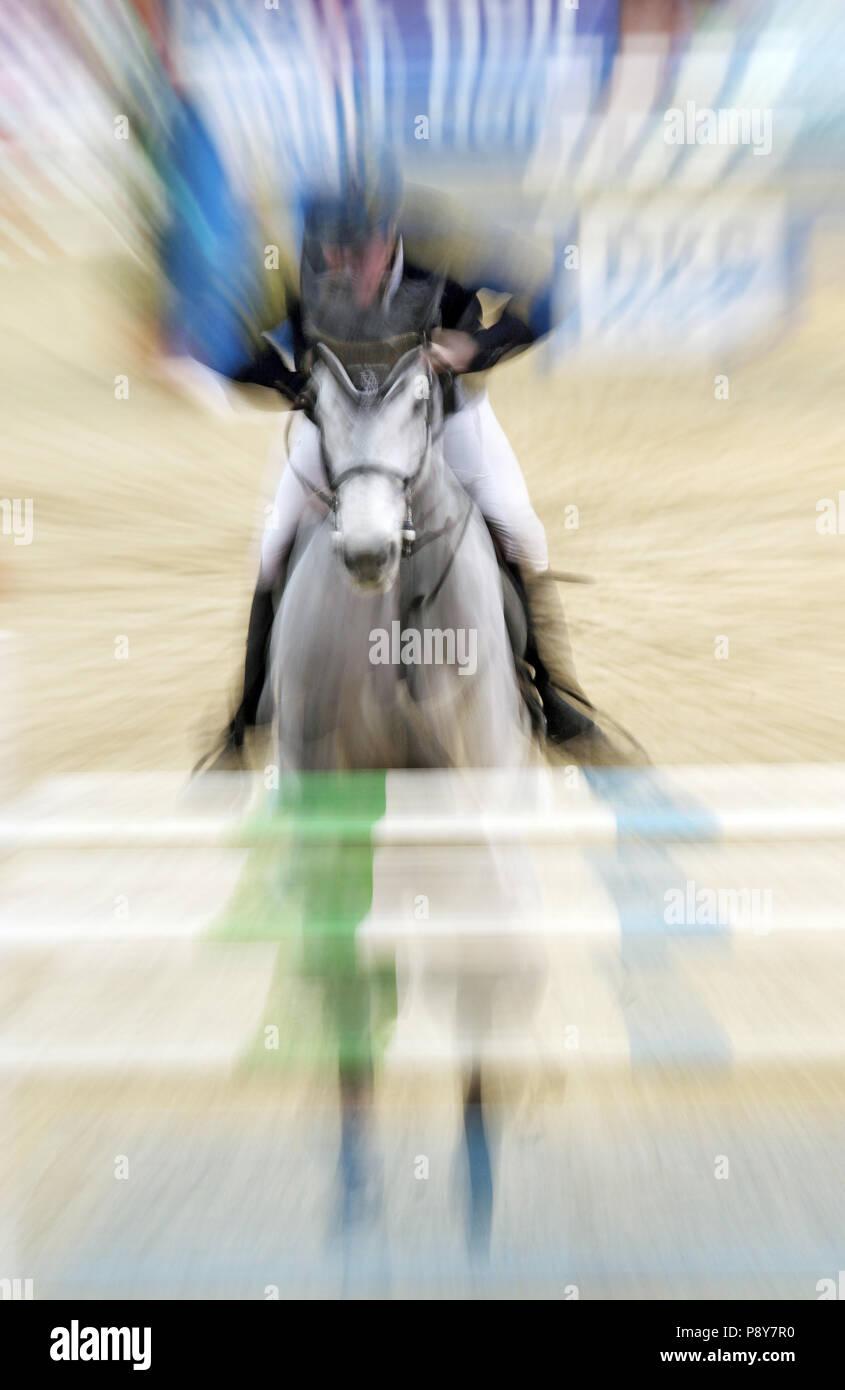 Neustadt (Dosse), dinámica, caballo y jinete jumping show jumping sobre un oxer Imagen De Stock