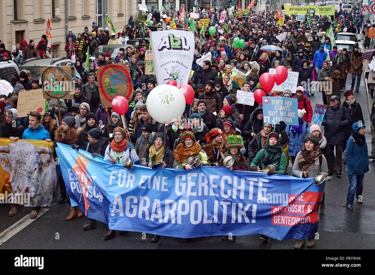 Berlín, Alemania, las personas están protestando con pancartas en la demo - estamos enfermos! Imagen De Stock