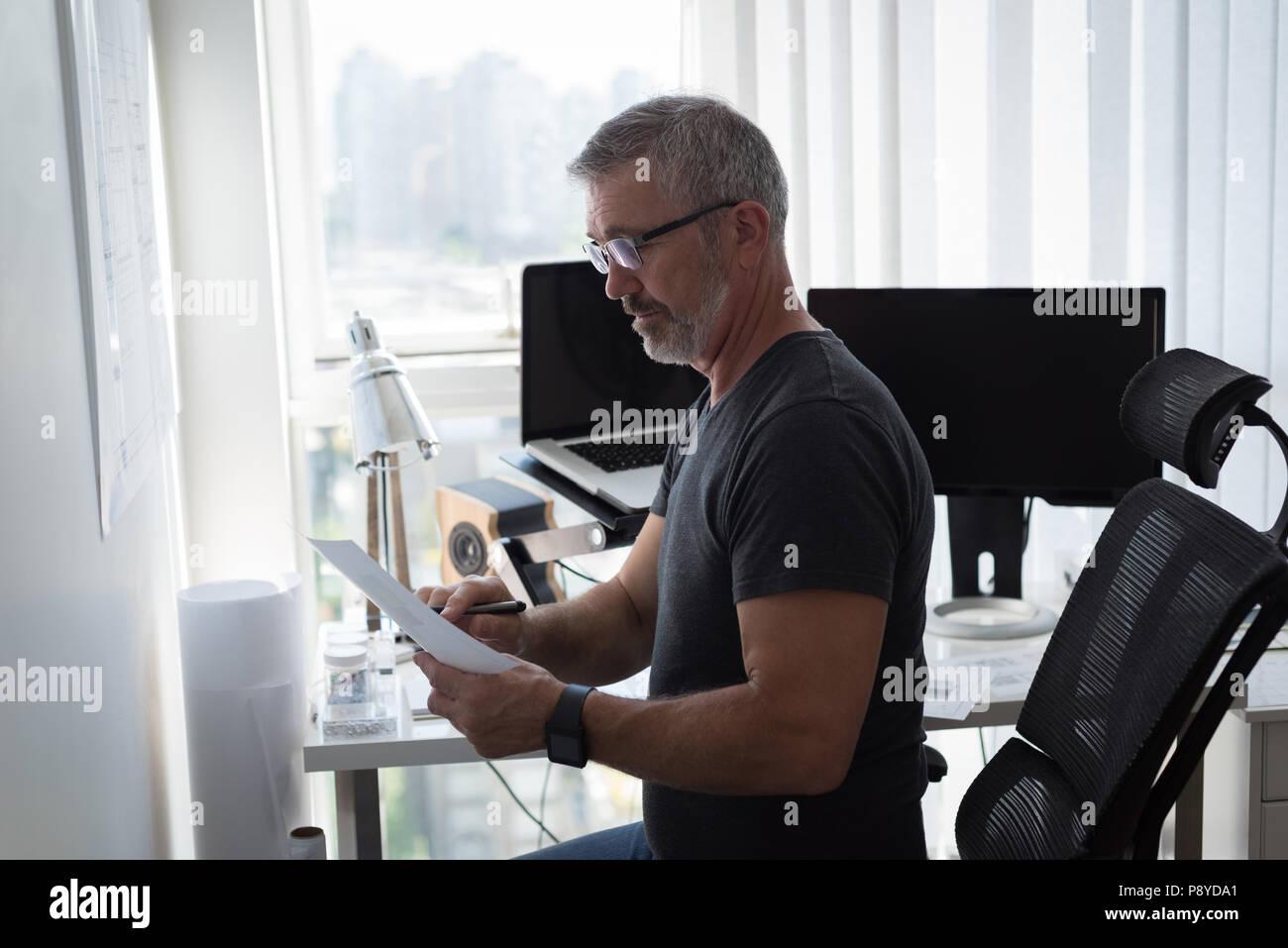Hombre mirando el gráfico de arquitectura Imagen De Stock