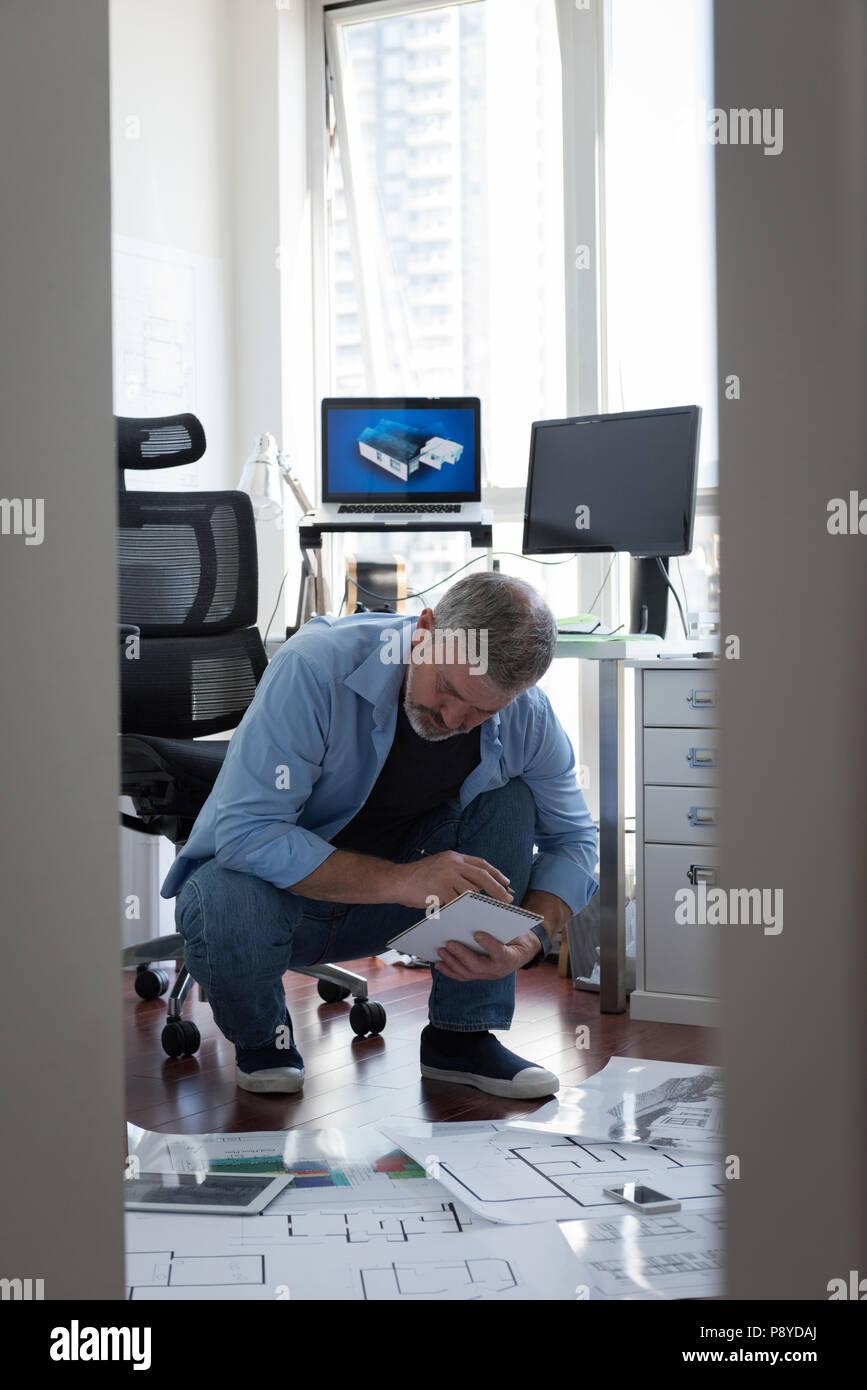 Hombre preparar el diseño arquitectónico en casa Imagen De Stock