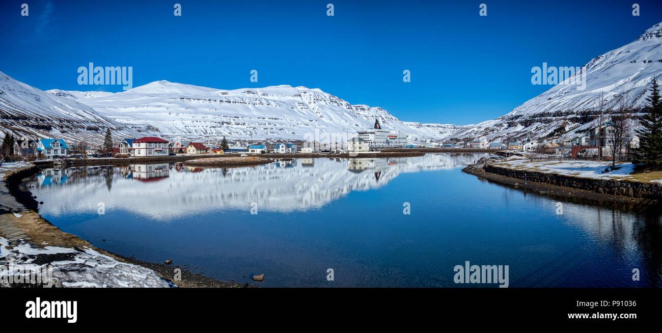 11 de abril de 2018: Oriente Islandia Islandia - El puerto de Seyðisfjörður Anuncios, con Smyril Line Ship Norrona amarrados en el muelle. Foto de stock