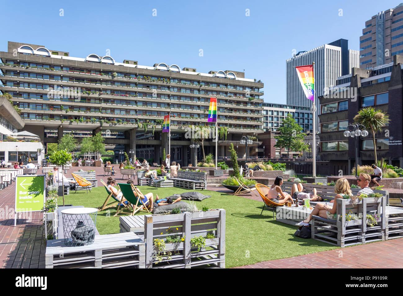 La terraza junto al lago, Barbican Estate, la Barbacana, la ciudad de Londres, Greater London, England, Reino Unido Imagen De Stock