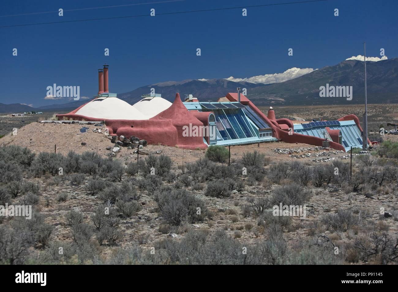 Innovador y mantener viviendas earthship localizado en las afueras de Taos de Nuevo México. Las viviendas utilizan materiales reciclados y materiales sostenibles y confiar en el p Foto de stock