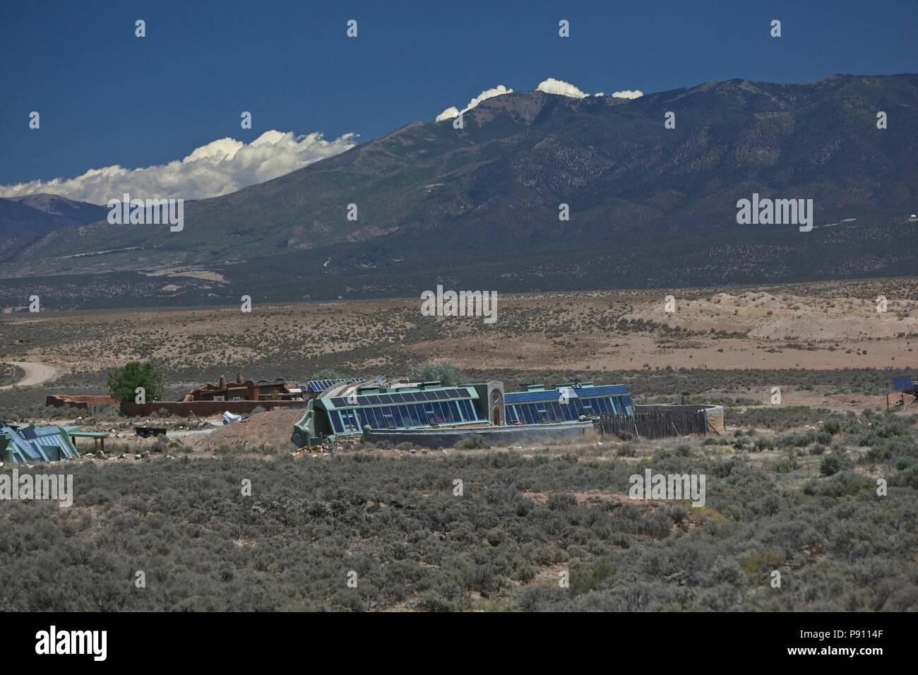 Innovador y mantener viviendas earthship localizado en las afueras de Taos de Nuevo México. Las viviendas utilizan materiales reciclados y materiales sostenibles y confiar en el p Imagen De Stock