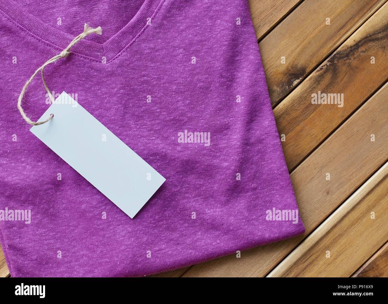 Camiseta de manga corta con cuello en V T-shirt y marca de ropa Imagen De Stock