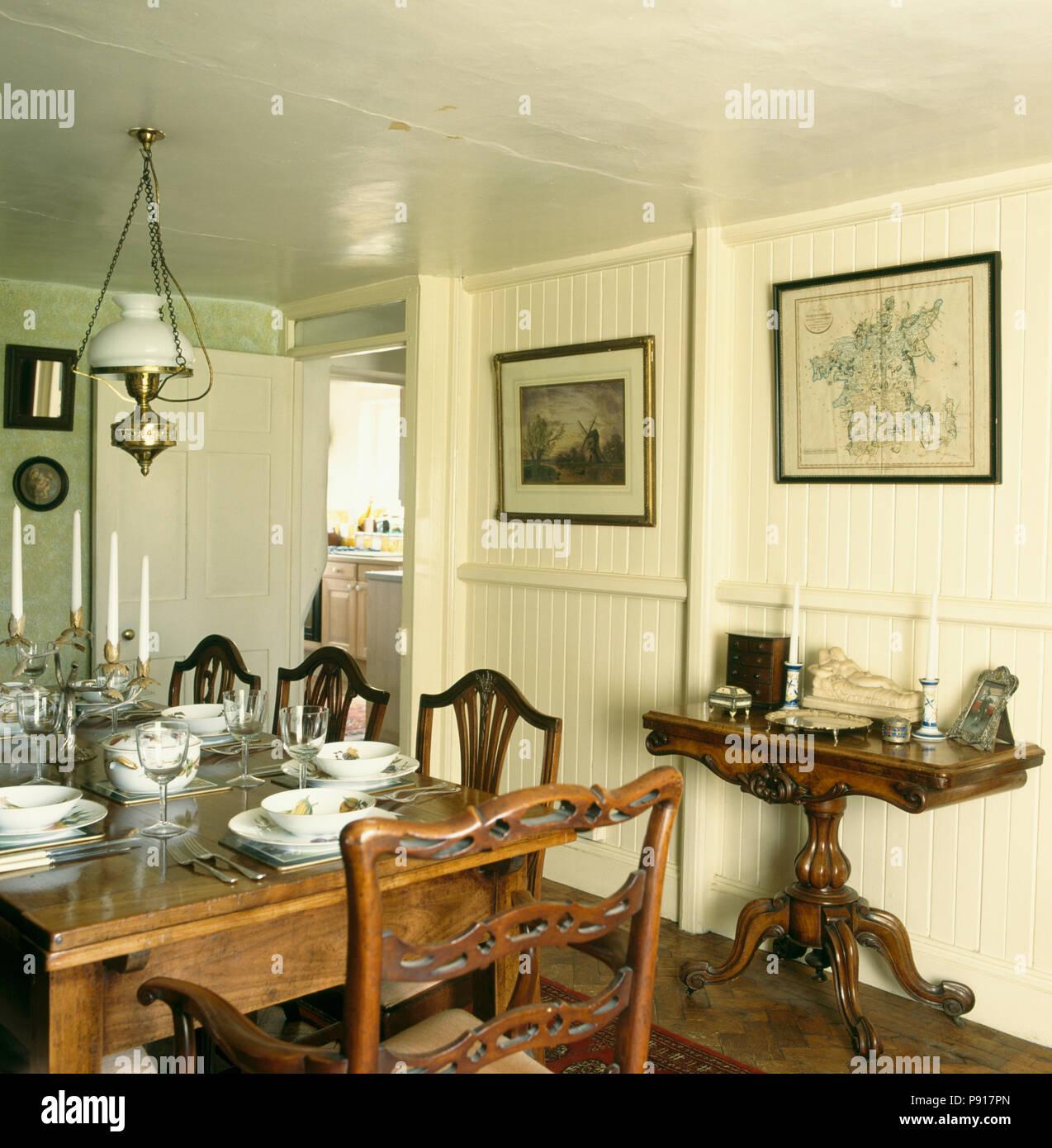 Mesa y sillas antiguas en punto muerto comedor con paredes de color ...