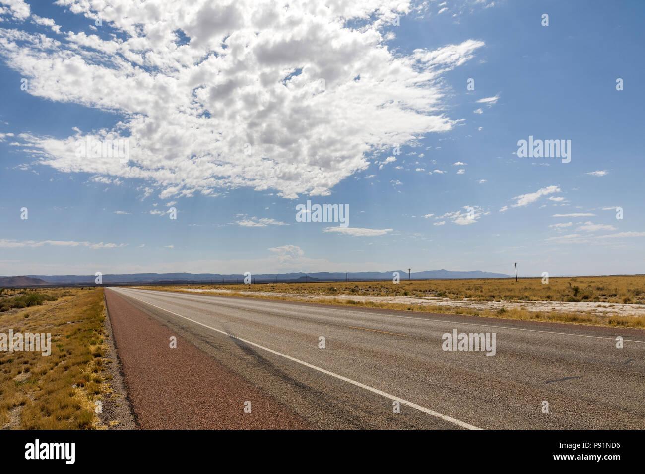 Abrir camino con nubes en el desierto, en Nuevo México, EE.UU. Foto de stock