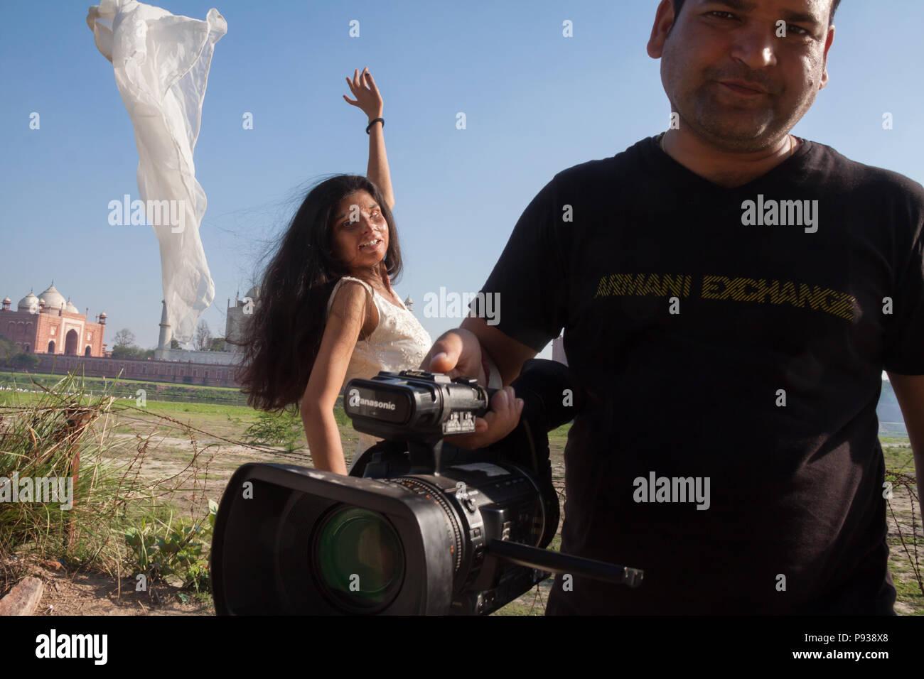Ritu, víctima de un ataque de ácido se entrevista por televisión (de detener los ataques con ácido campaña, India) Imagen De Stock