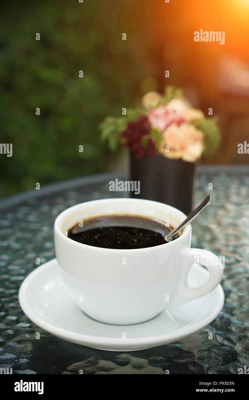 Una taza de café americano en cafetería - estilo vintage y luz efecto Imagen De Stock