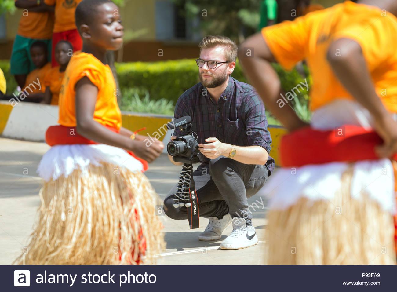 Bombo, Uganda - Florian Gregorzyk, YouTuber y Videoblogger filmando alumnos del Centro Profesional Don Bosco de Bombo realiza una performance de danza. Imagen De Stock