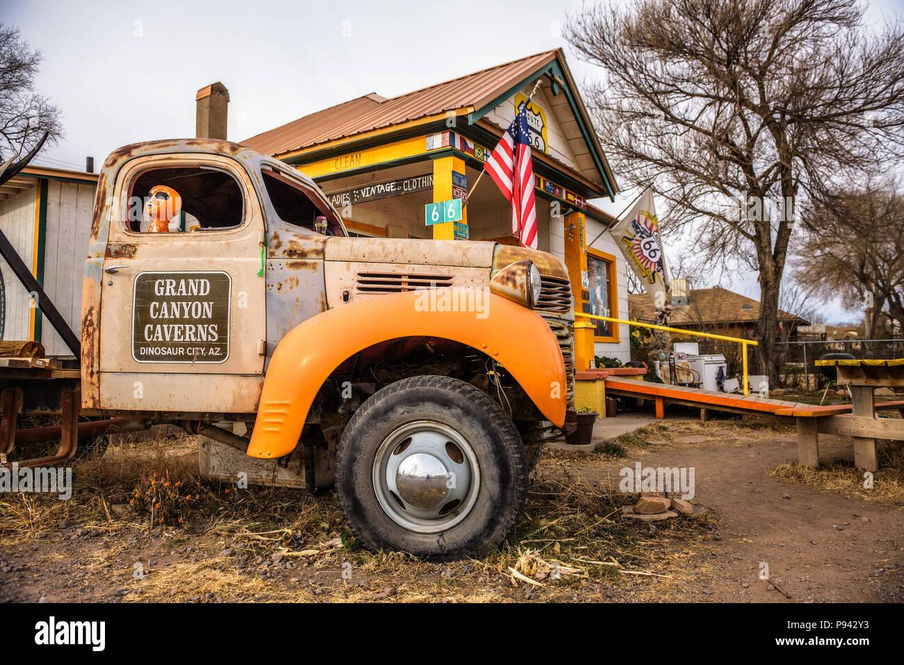 Camión antiguo abandonado en una tienda de souvenirs, sobre la ruta 66 en Arizona Foto de stock