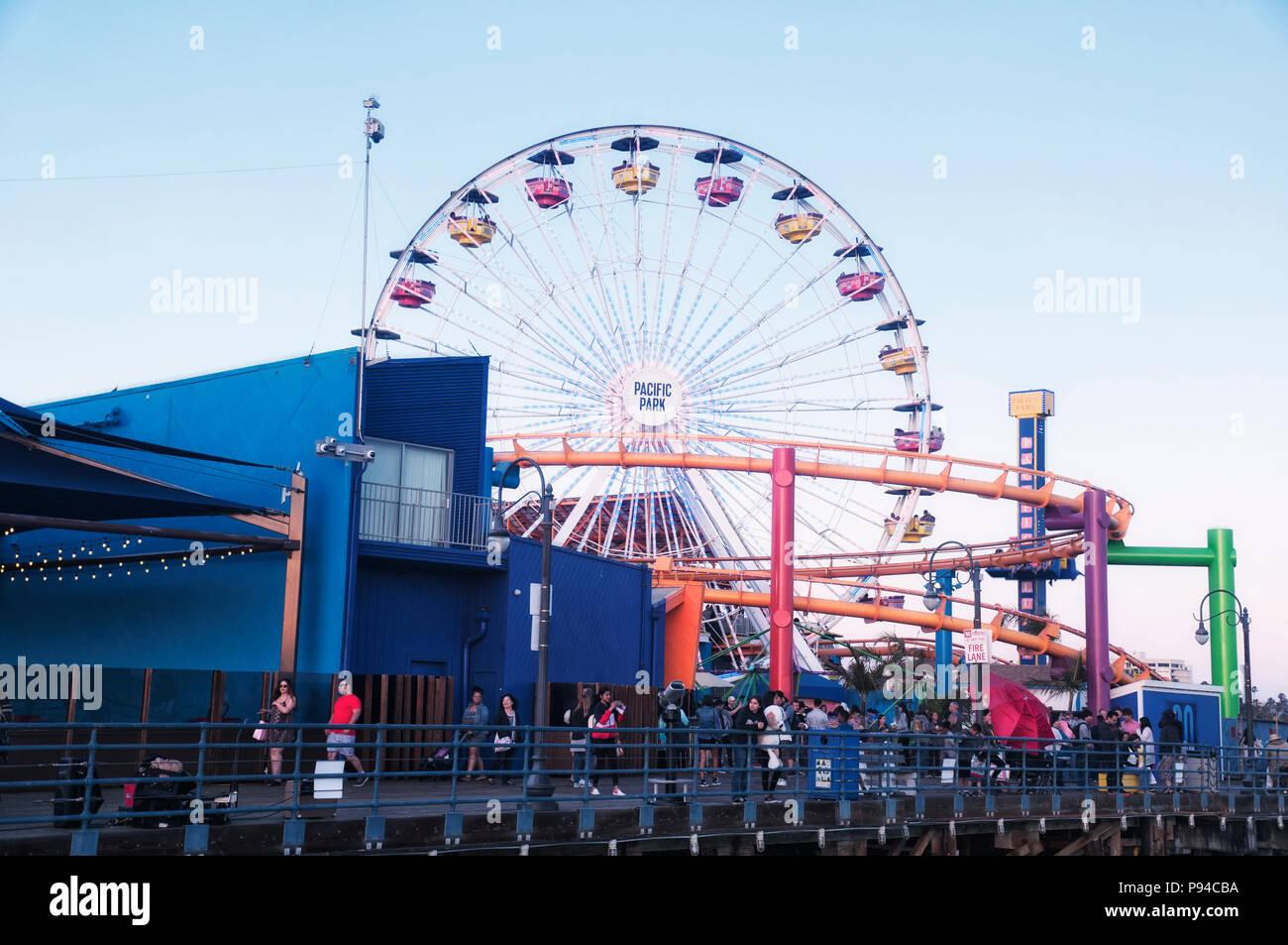 27 de mayo de 2017. Santa Monica, California. La rueda de la fortuna en el Pacific Park en Santa Monica Pier california iluminado al anochecer. Foto de stock