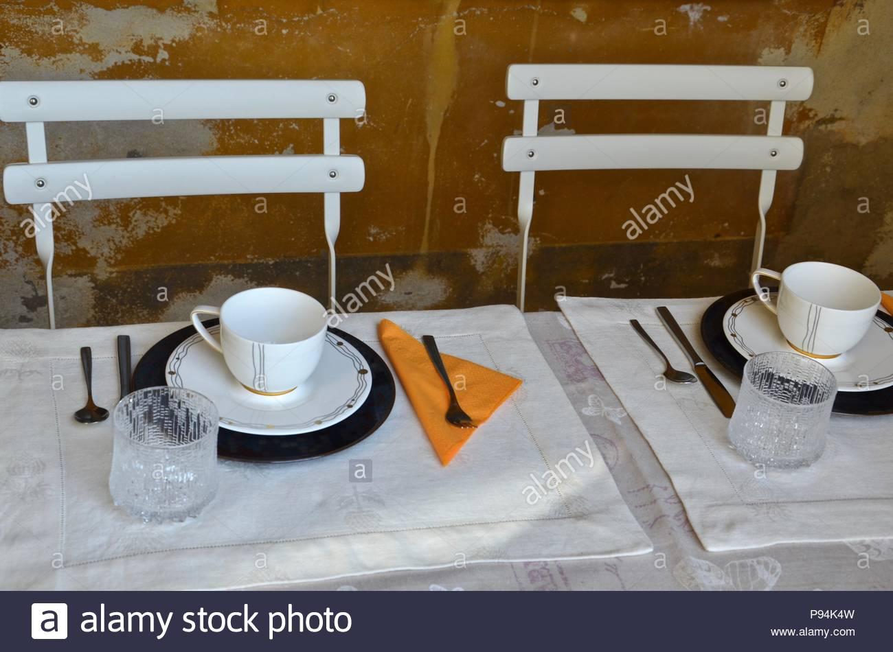 Puristic configuración, diseño exterior, hogar, Lombardía, Italia, atmósfera, color ocre, blanco de china, desayuno, coffee break, la hora del té Imagen De Stock