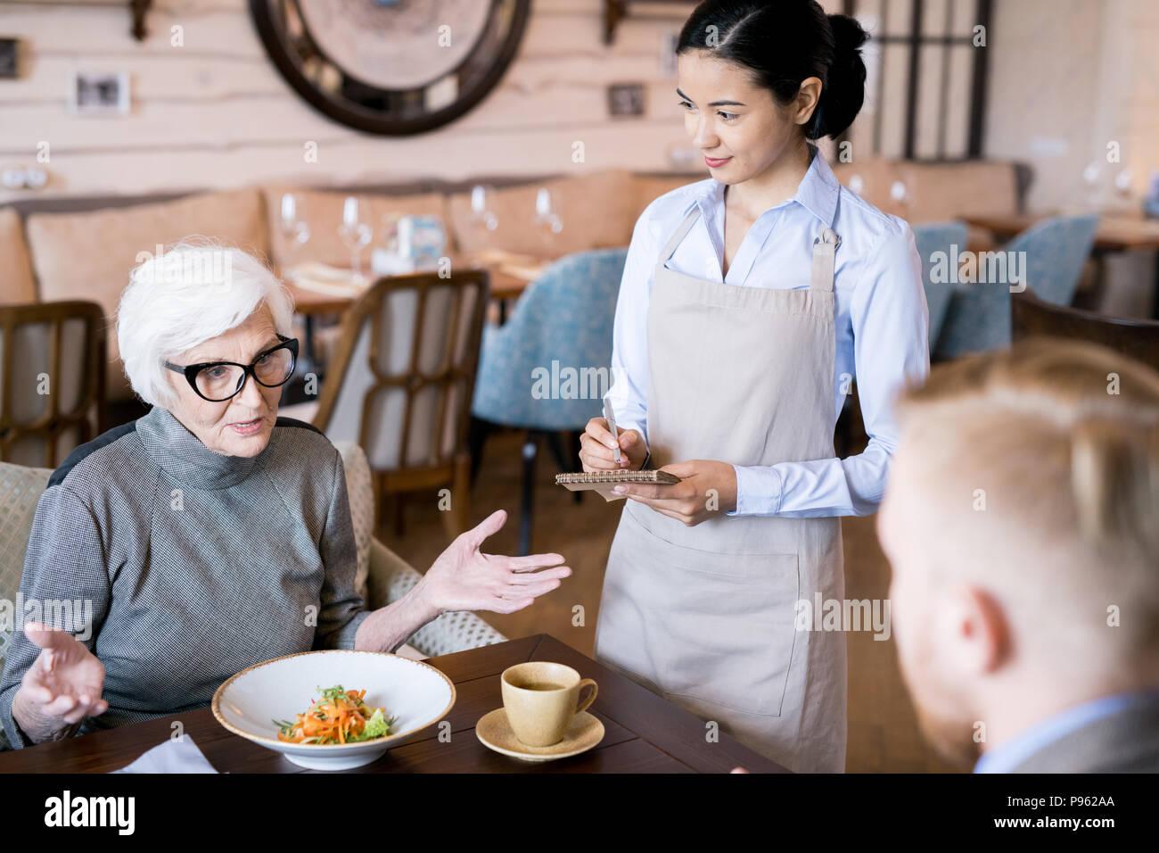 La cena familiar en el restaurante Imagen De Stock