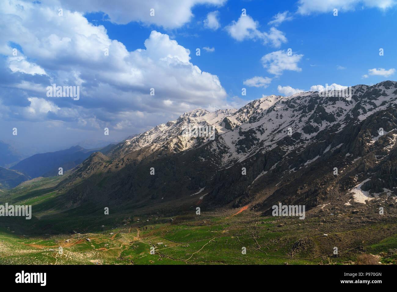 Vista sobre el valle Howraman en montaña de Zagros. Provincia de Kurdistán, Irán. Foto de stock