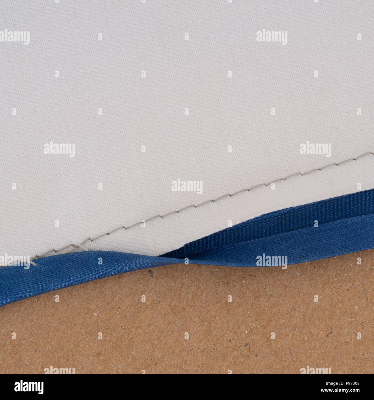 Aplicación de sesgo vinculante para costura de borde. La costura de la casa. Imagen De Stock