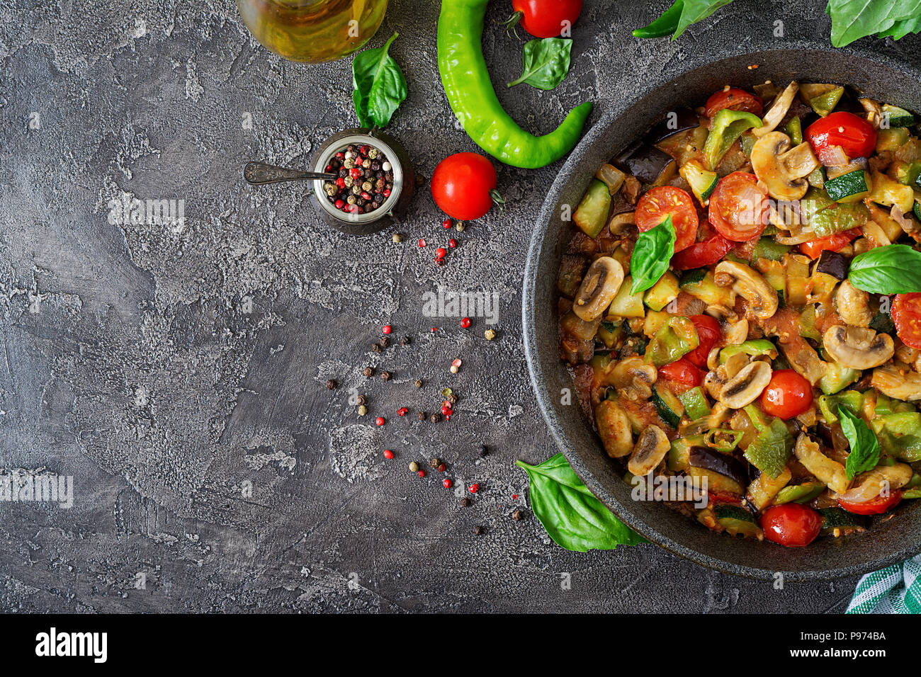 Guisado picante, pimiento, berenjena, tomate, calabacín y setas. Sentar planas. Vista superior Imagen De Stock