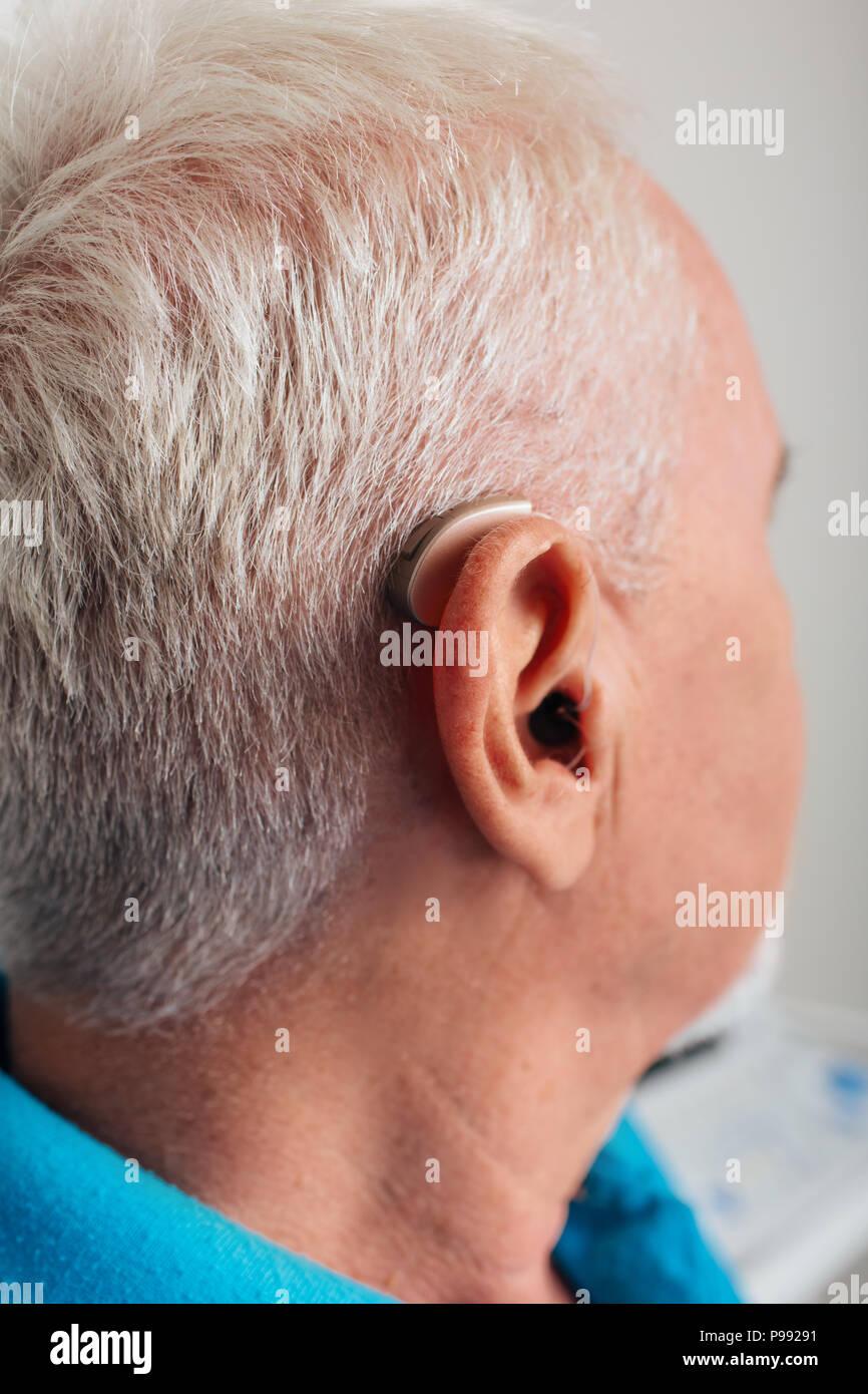 Audífono en el oído del anciano, close-up Imagen De Stock