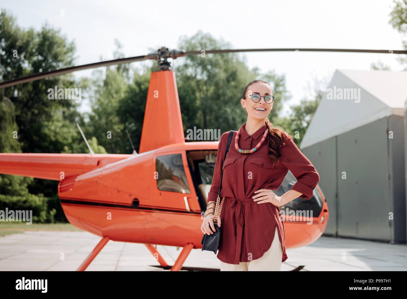 Feliz jolly mujer que viaje de negocios Imagen De Stock