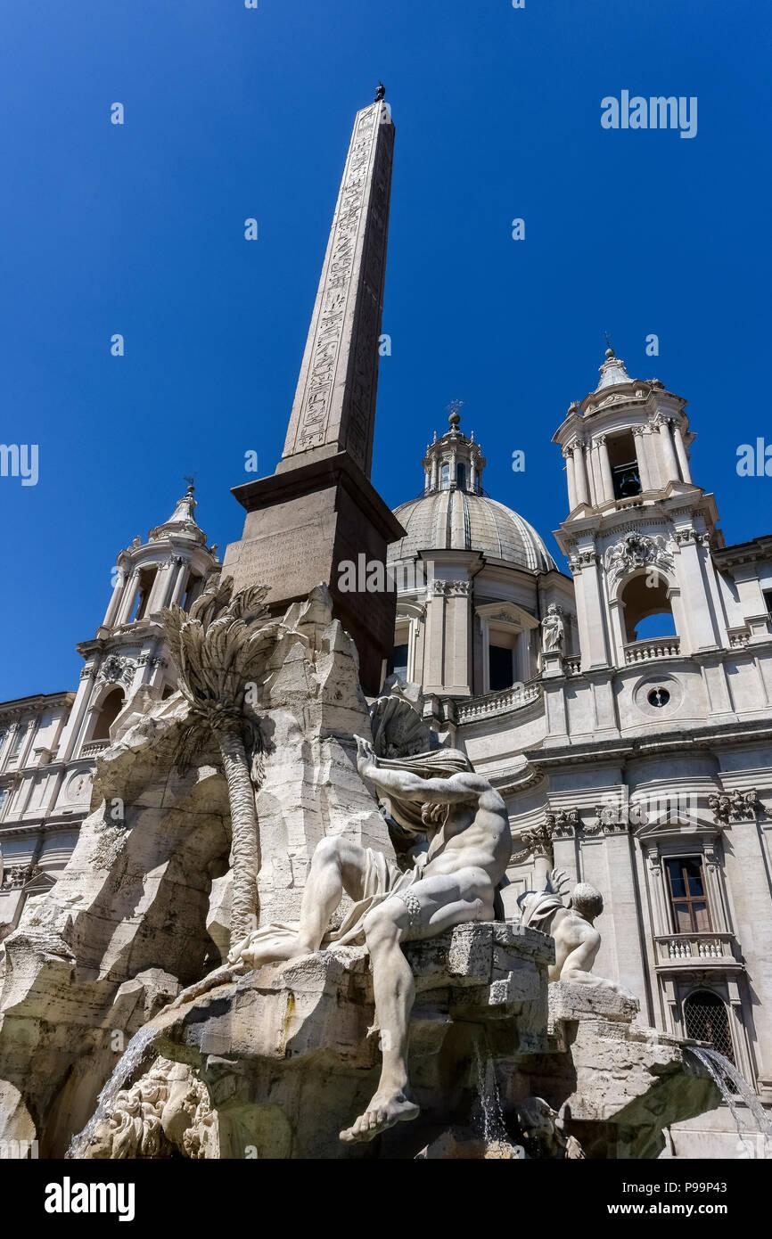 Piazza Navona, la fuente de los cuatro ríos de Bernini y el obelisco egipcio delante de Borromini es Santa Agnese en Agone iglesia. Roma, Italia, Europa. Imagen De Stock