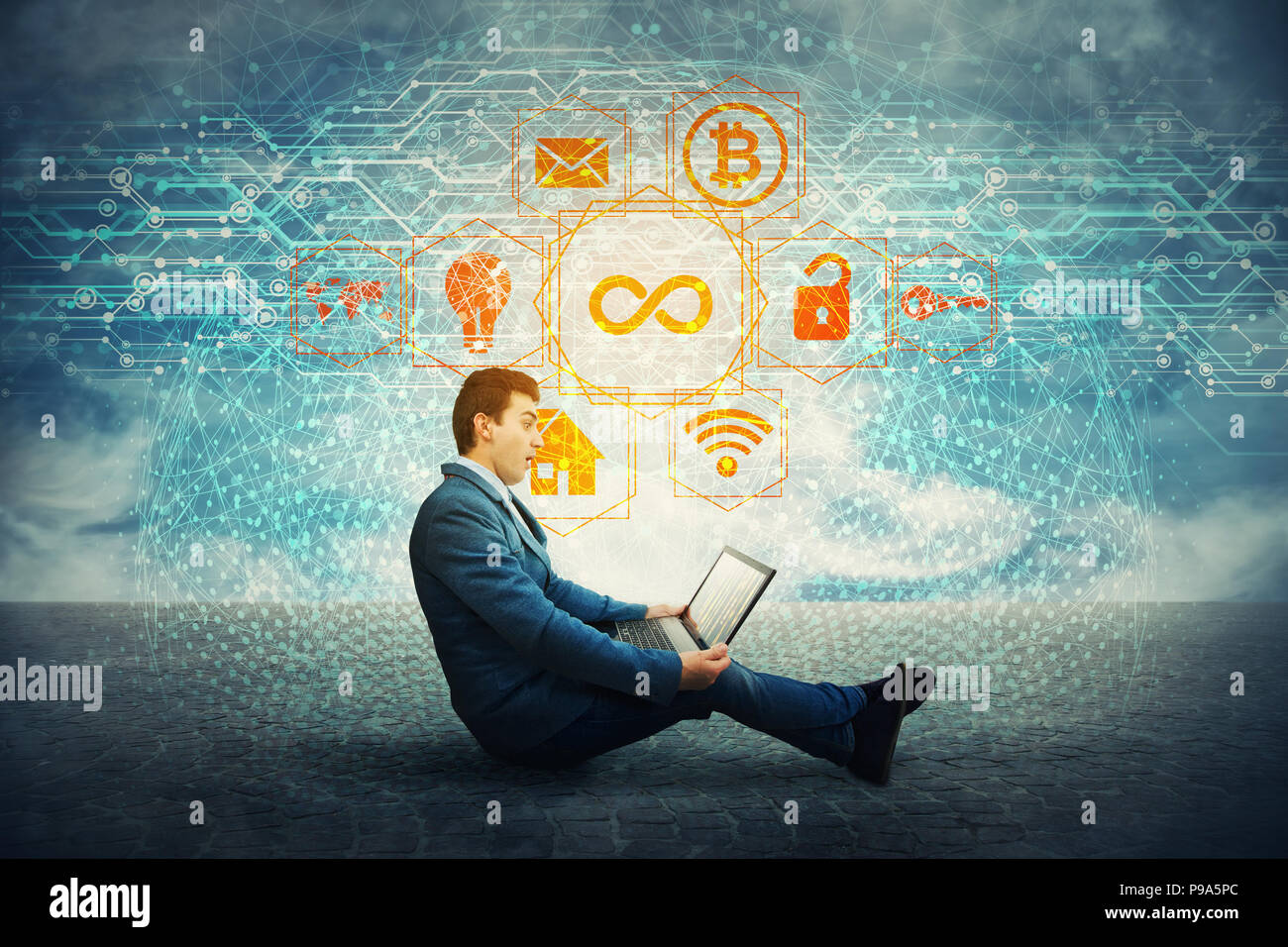 Asombrado estudiante mirando un portátil como holograma realista que sale de la pantalla. Mundo moderno de entretenimiento y negocios de tecnología informática. Infinito Foto de stock