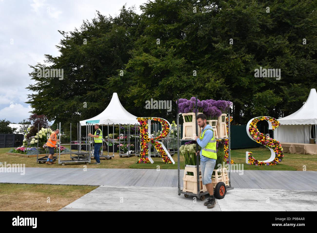 Tatton Park, Cheshire, Reino Unido. El 17 de julio de 2018. Expositores hacer los toques finales a sus exposiciones de crédito: Simon Maycock/Alamy Live News Foto de stock