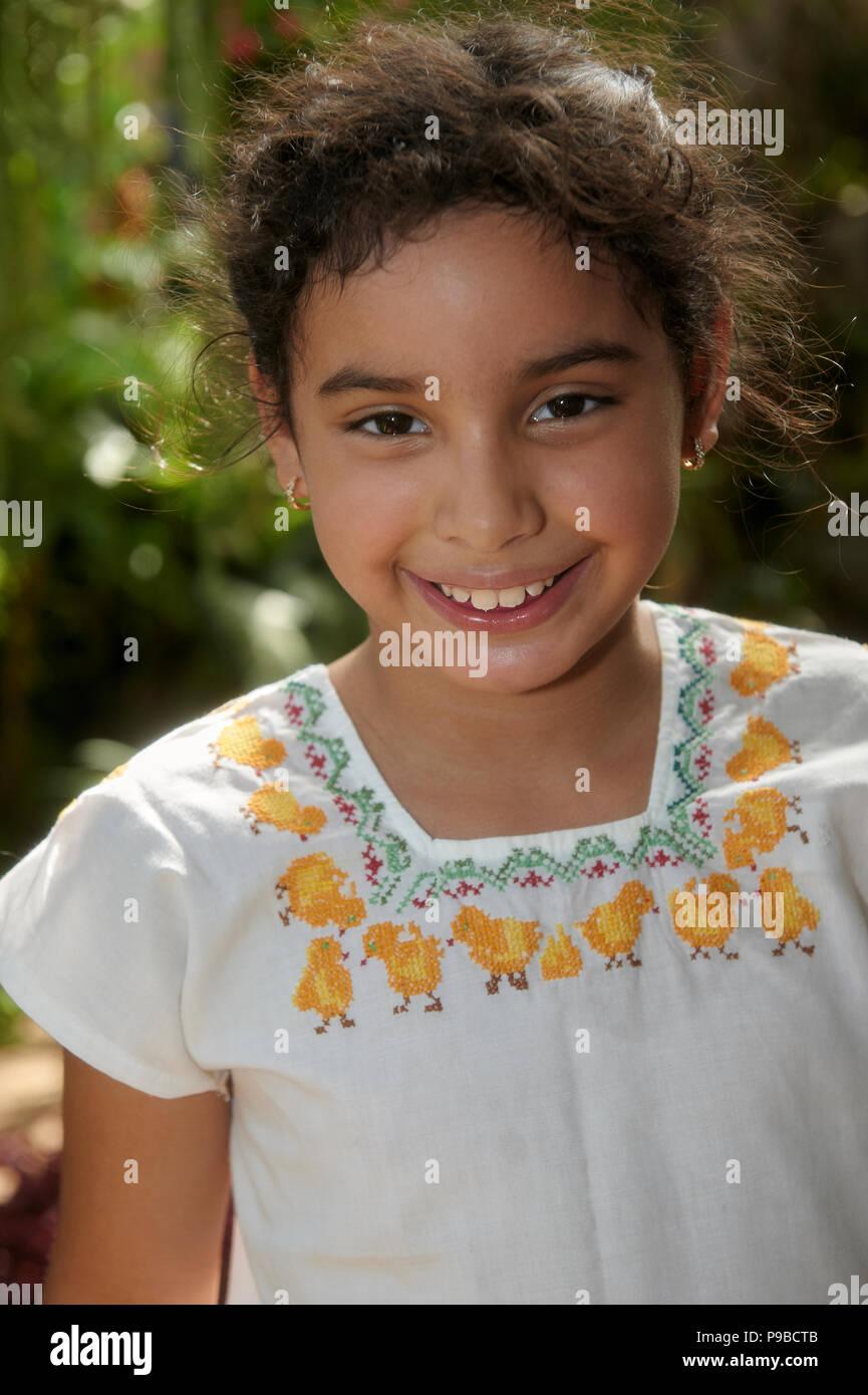 17f9007cef Niña de 8 años vistiendo un huipil mexicano o típico maya mestiza vestido