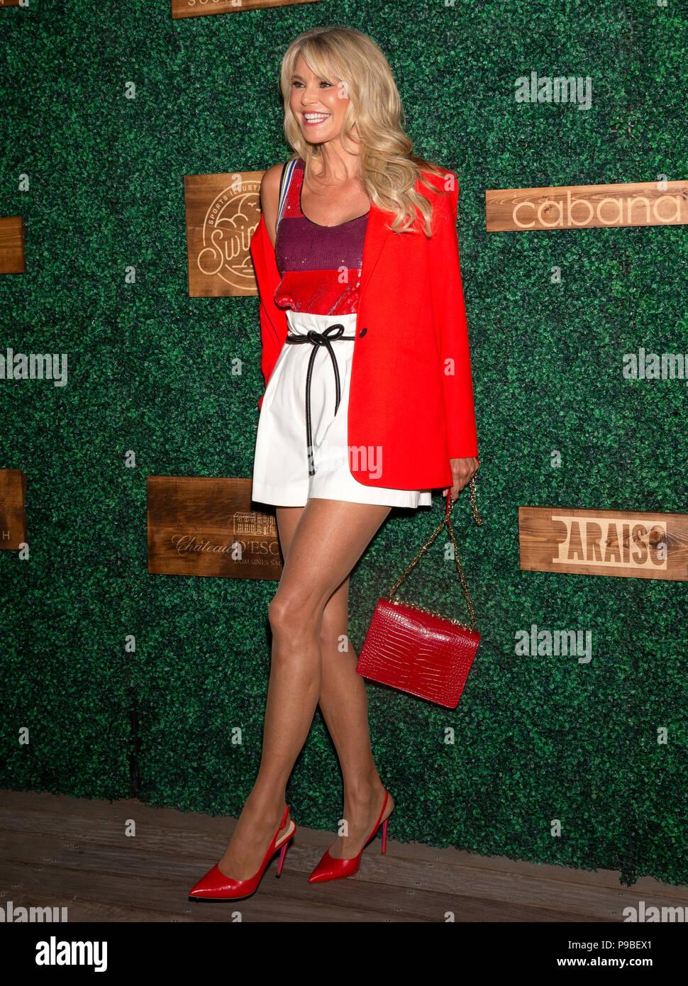 MIAMI, FL - 15 de julio: Christie Brinkley atiende el 2018 Sports Illustrated Swimsuit show en Paraiso en Miami Swim semana en el Hotel W South Beach Foto de stock
