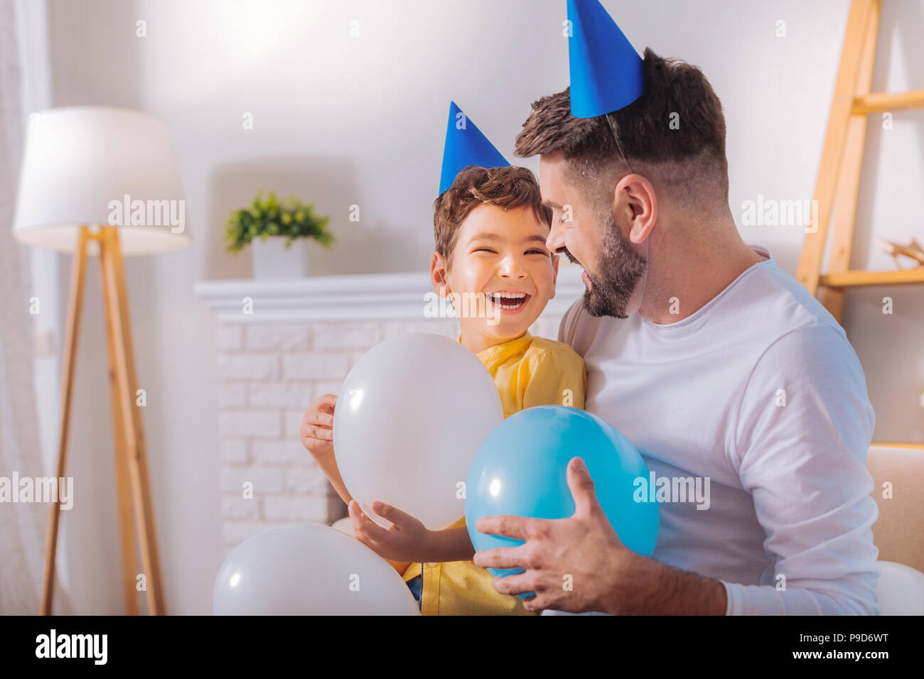 Niño feliz tener fiesta de cumpleaños Imagen De Stock