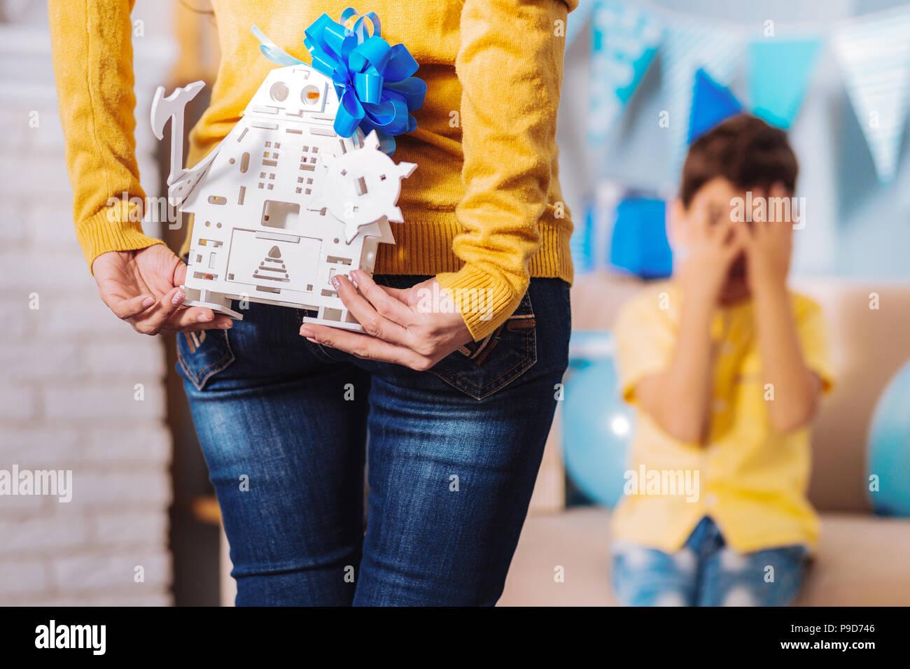 Cerca de mano femenina que la celebración de juguete Imagen De Stock