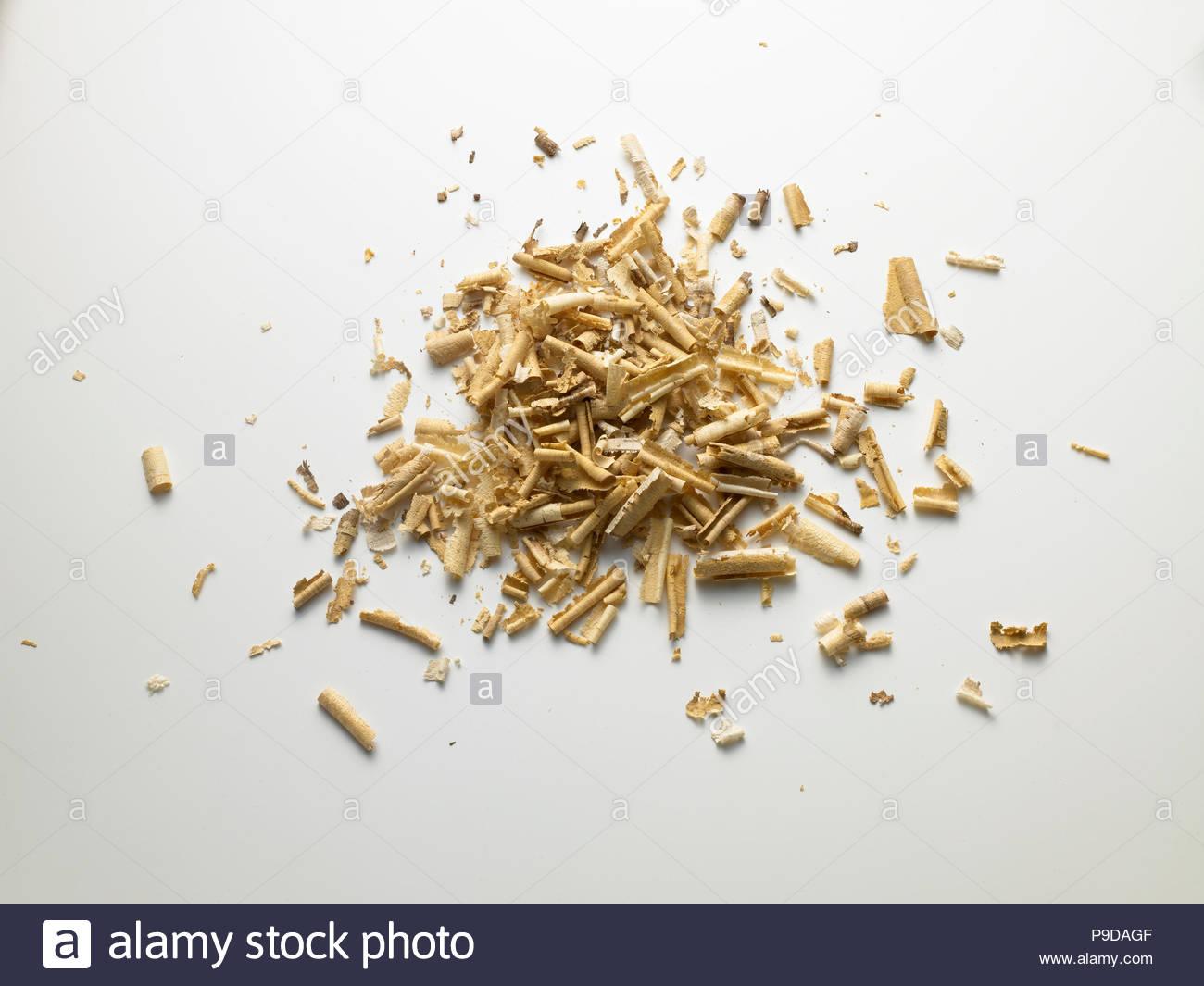 Virutas de madera sobre fondos blancos Imagen De Stock