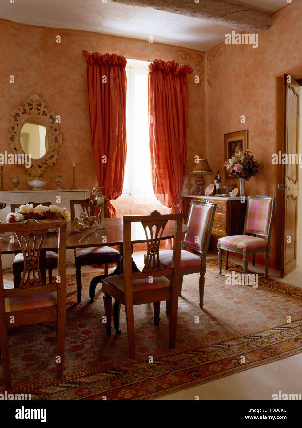 Vintage sillas y la mesa en un comedor provenzal color durazno con ...