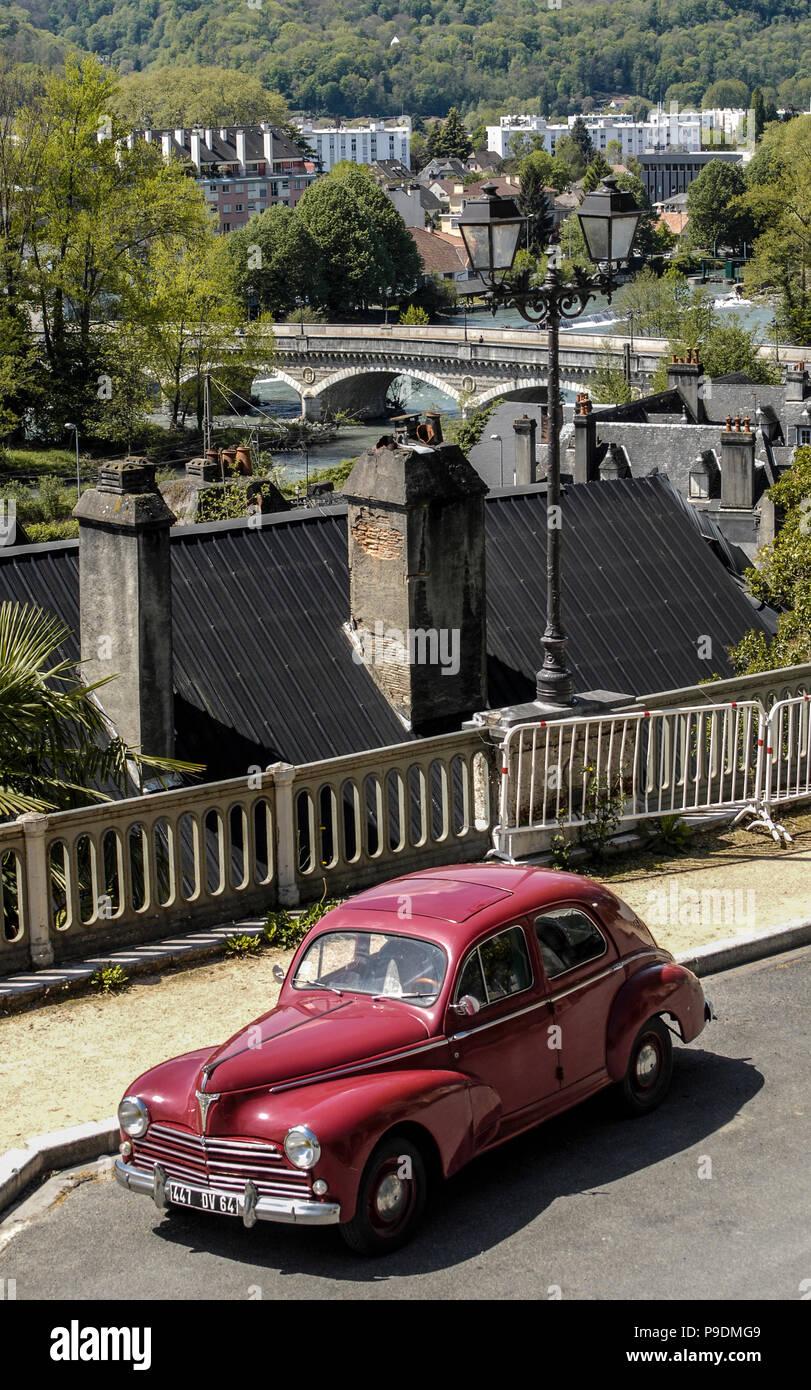 PEUGEOT 203 - UN CLÁSICO PEUGEOT 203 Boulevard des Pirineos PAU Francia- FRANCÉS VINTAGE - coche francés - Tiempo nostálgico - coche francés © Frédéric BEAUMONT Imagen De Stock