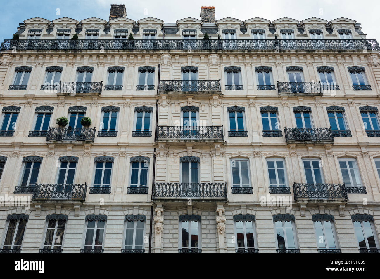 Hermoso apartamento europeo elegante fachada de edificio. Foto de stock