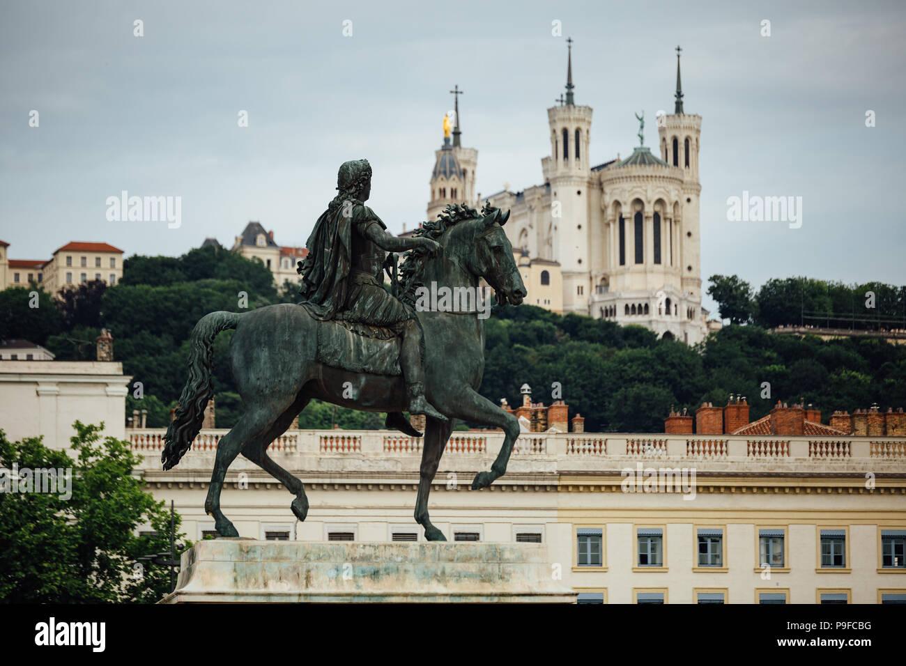La estatua ecuestre de Luis XIV en la Place Bellecour, en el casco antiguo de Lyon. Foto de stock