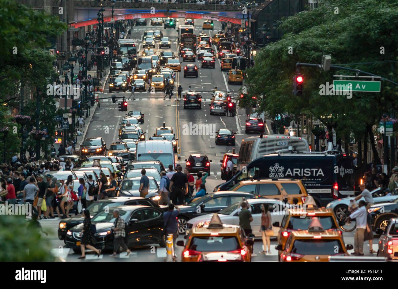 La congestión de peatones y automóviles en Manhattan, Ciudad de Nueva York. Imagen De Stock