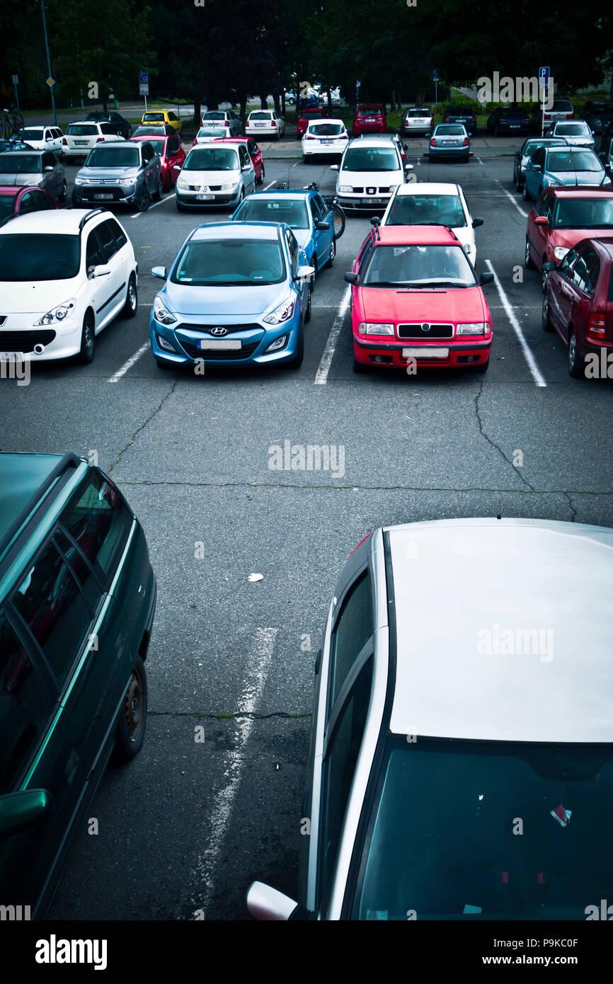 En un estacionamiento de automóviles Imagen De Stock