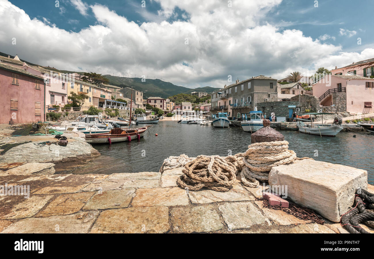 CENTURI, Córcega - 10 de julio de 2018. Barcos pesqueros amarrados en el puerto pequeño en Centuri en Cap Corse, en Córcega, rodeado de bares y restaurantes de ingenio Imagen De Stock